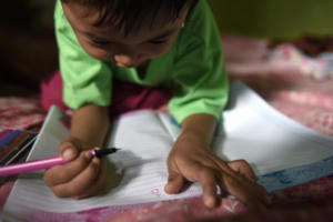 Selma loves to draw and practice her writing. Through the fysiosupport of LF/Sabatu she learned how to use her hand well.